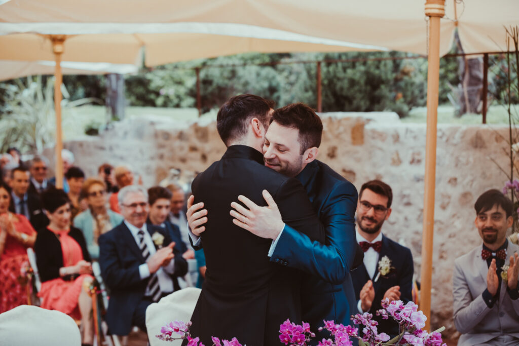 due sposi in blu si abbrcciano