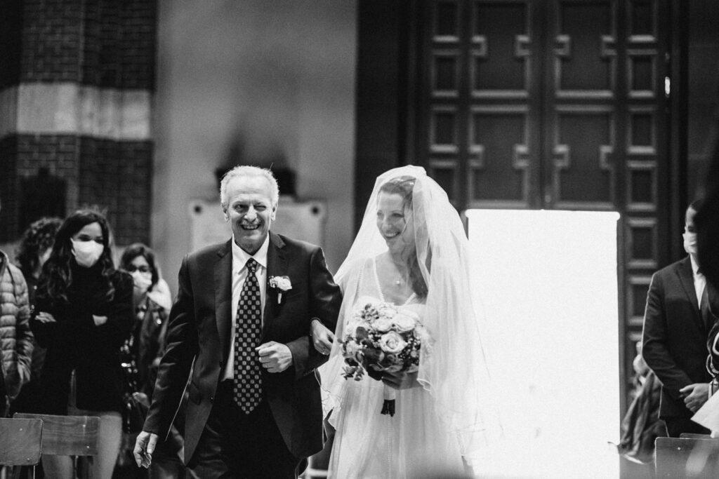 Il papà entra in chiesa con la sposa