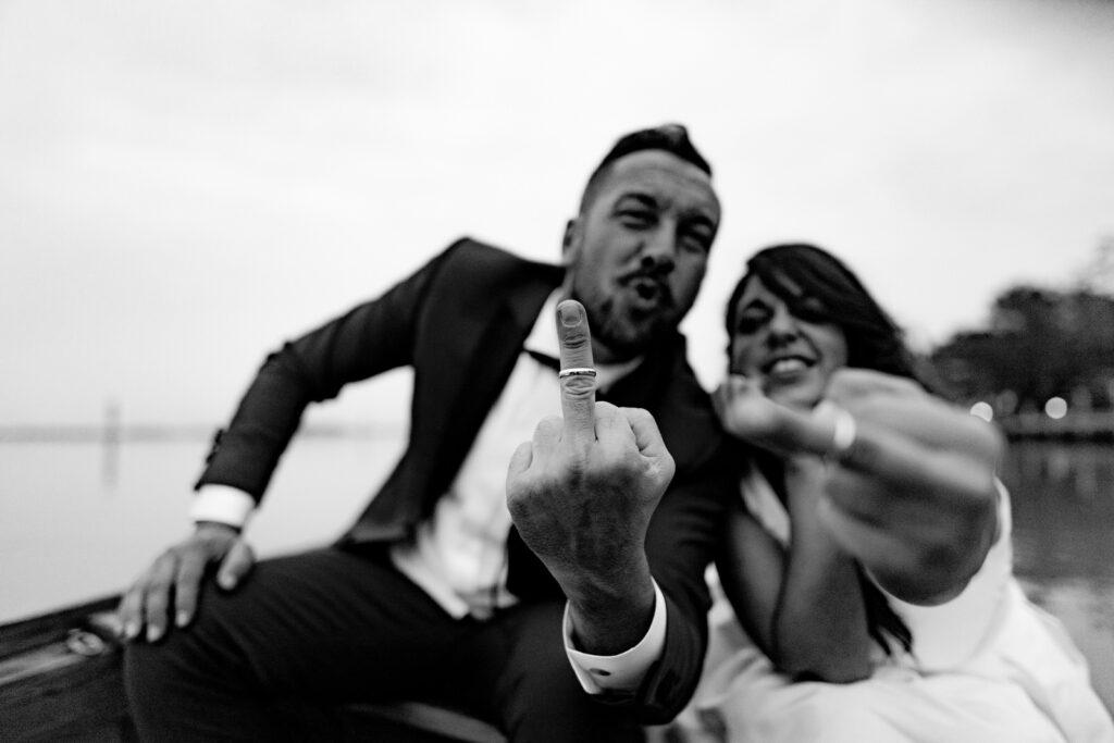 Foto in bianco e nero di sposi